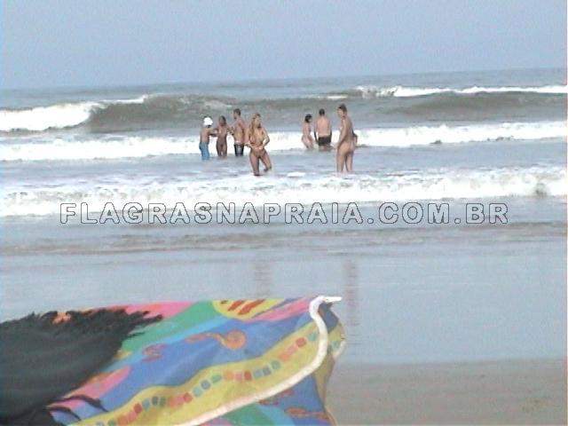Garotas Nuas Se Divertem Entre Amigos Na Praia